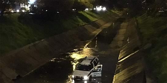 Patrulla de Policía quedó atascada en caño de la calle 127, en Bogotá