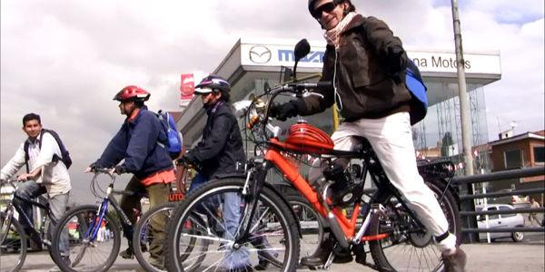 Las bicicletas con motores eléctricos y de combustión aumentan, sin que las autoridades creen normas que las regulen.