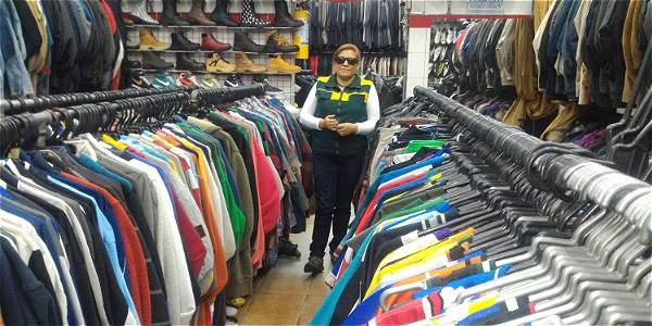 Nancy Tirano (47 años) es propietaria de dos compraventas de ropa usada en  Chapinero 8574219c3cf