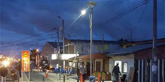 Instalan el primer panel solar para poste de luz en Cota