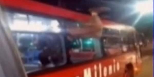 Videos: Insólito: habitante de calle se cuela por ventana de TransMilenio - Videos