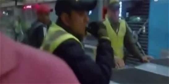 Celadores de TransMilenio estarían cobrando para dejar colar gente