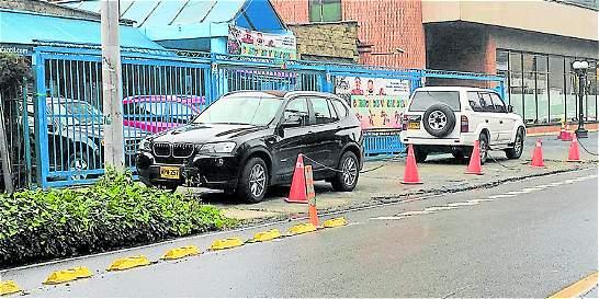 Con la excusa de los 'cinco minutos', vehículos se parquean en andenes