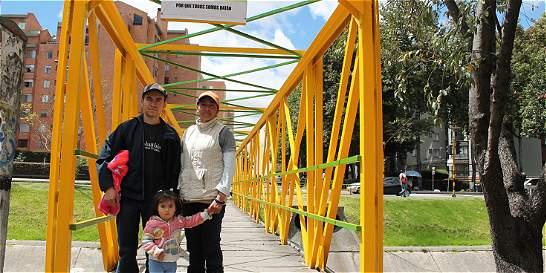 Los dos esposos que viven de limpiar y pintar los puentes de Bogotá