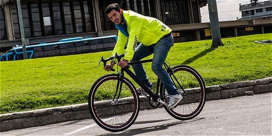 Ciclistas de Bogotá ahora lucen chaqueta hecha por un francés