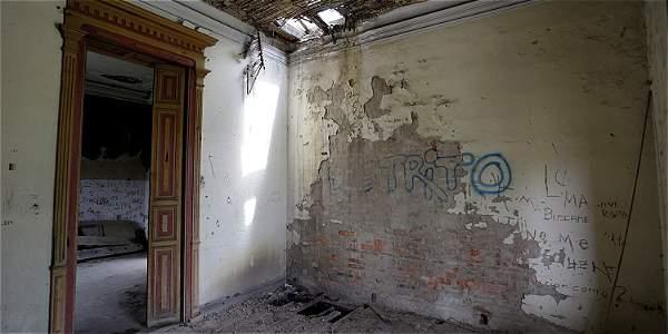 Los interiores muestran techos y cielorrasos derruidos por el tiempo, así como rayones hechos por desadaptados.