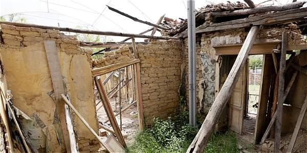 Lo que fueron el patio y la cocina son los espacios con mayor deterioro. Algunas paredes se sostienen con palos de madera.
