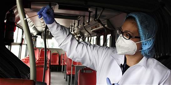 Microorganismos y huellas digitales, pasajeros ocultos de TransMilenio