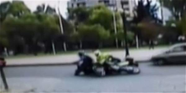 Policía en contravía atropelló a una motociclista