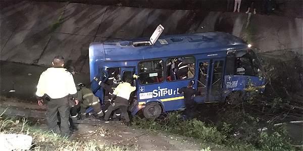 Bus del SITP cayó en caño en el barrio Galán