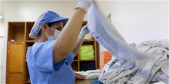 Esta mujer pasa sus días lavándoles la ropa a habitantes de la calle
