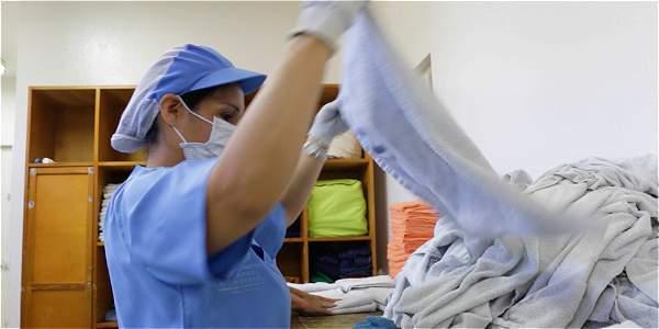 Esperanza Amaya, la mujer que lava la ropa de habitantes de calle