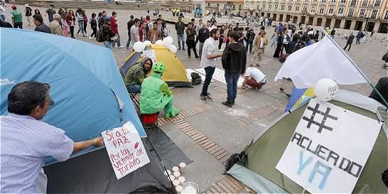 Jóvenes que acampan en la Plaza de Bolívar celebran el Nobel de Santos