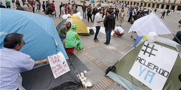 Jóvenes que acampan en la Plaza de Bolívar reaccionan al premio Nobel de Paz para Santos