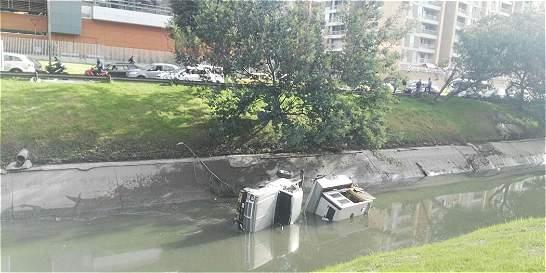 Camión cae en el caño de la calle 127 con avenida Córdoba
