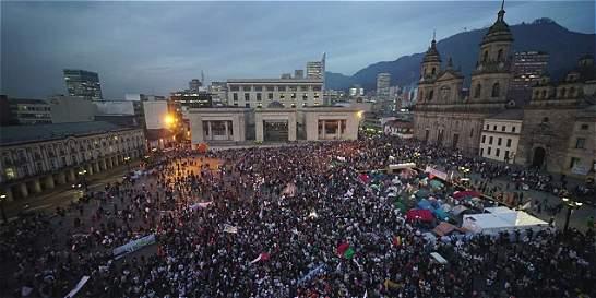 Miles volvieron a marchar en Bogotá para pedir la paz