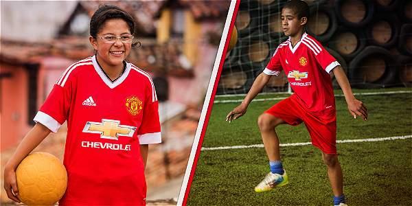 Dos niños colombianos cumplieron el sueño de saltar a la cancha con el Manchester United