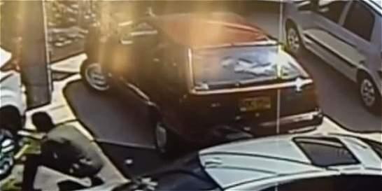 En segundos roban llantas de carros en sector de Bogotá