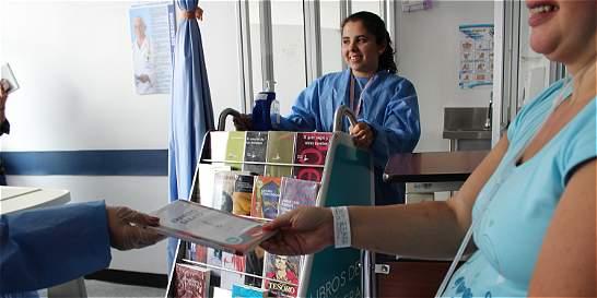 Pacientes hospitalizados leen gracias a iniciativa de estudiantes