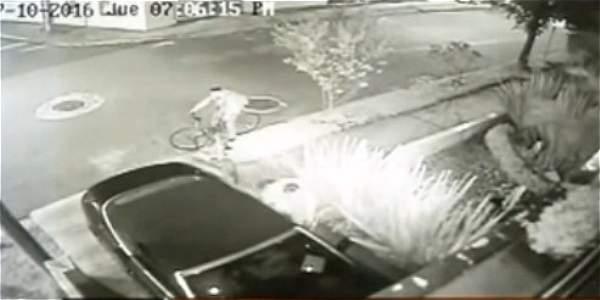 Delincuentes en bicicleta roban partes de vehículos en Usaquén