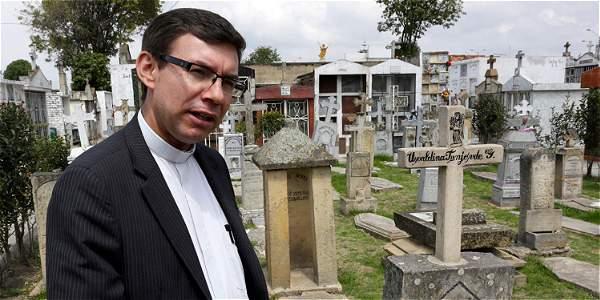Wílmer García Flórez, cura de la parroquia de San Bernardino de Bosa. Al fondo se ven las tumbas en forma de sarcófagos