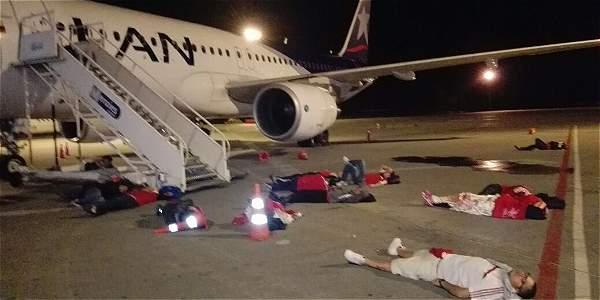 Hinchas del América se acostaron en la pista por demoras en sus vuelos