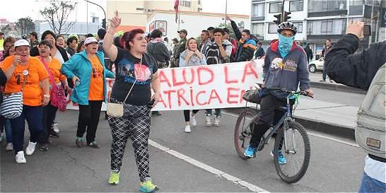 Fuerte enfrentamiento entre Esmad y usuarios de EPS en la Caracas