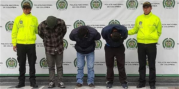 Tres hombres que se hacían pasar por aseadores de fachadas para robar apartamentos en Bogotá fueron capturados por la Policía Metropolitana de Bogotá.