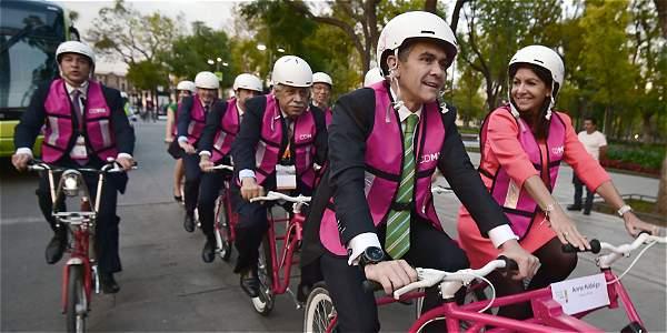 El alcalde de México, Miguel Ángel Mancera, y la alcaldesa de París, Anne Hidalgo, comparten bicicleta en el encuentro C40.