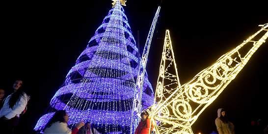 Iluminación del parque El Tunal dio inicio a la Navidad en la capital