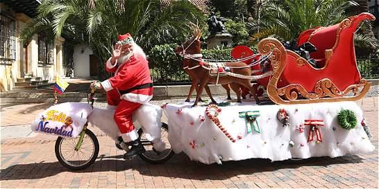 El Papá Noel que recorre Bogotá en dos ruedas