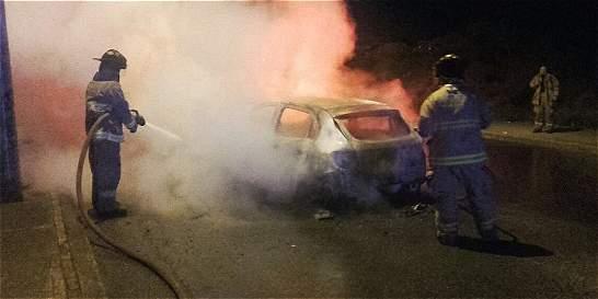 'Taxistas son responsables de incendiar el carro', denuncia su dueño