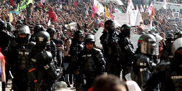 La Policía dispuso de 1.200 hombres para controlar los desmanes que se registraron en los alrededores de la plaza.