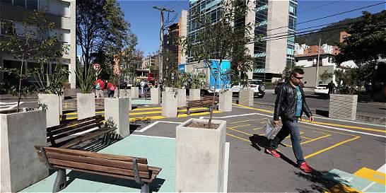 Bahías de malparqueados en Bogotá ahora son plazas para la gente