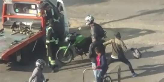 Video: buscan a parrillero que golpeó a operario de grúa en Bogotá