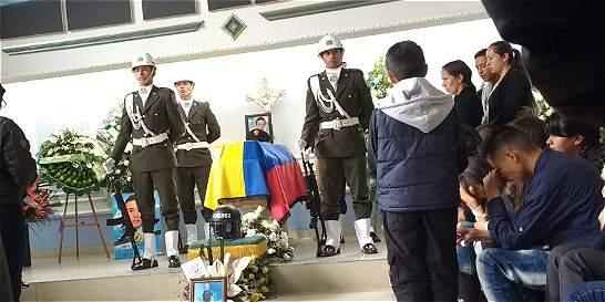 Honran en velorio al Policía que murió tras atentado en La Macarena