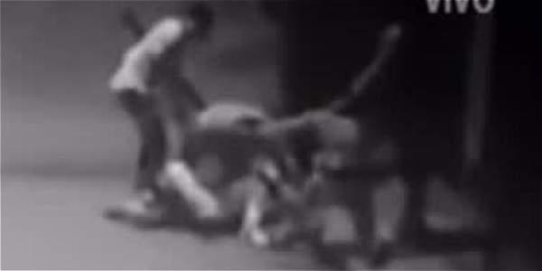 Ladrones agreden a golpes y puñaladas a una pareja por atracarla