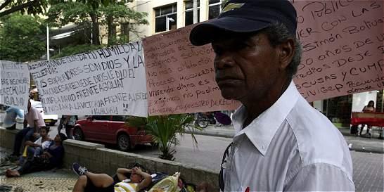 Pasan noche frente a Alcaldía de Barranquilla en busca de reubicación
