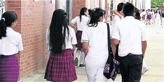 Investigan profesor acusado de grabar alumnas en colegio de Soledad