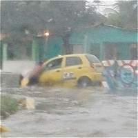 Lluvias dejan varios carros arrastrados por arroyos en Barranquilla