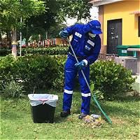120 hombres limpian 80 parques en Barranquilla
