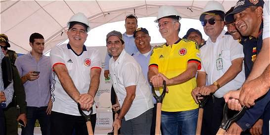 Colocan primera piedra de nueva Estación de Bomberos de Barranquilla