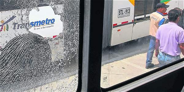 Así como el pasado martes, las riñas entre pandillas han dejado varios buses de Transmetro averiados tras ser atacados con piedras y otros objetos contundentes.