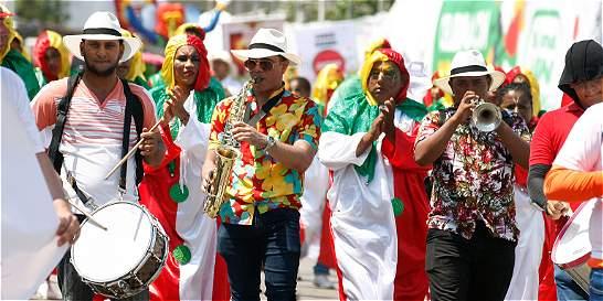Desmovilizados y víctimas bailan juntos en el Carnaval de Barranquilla