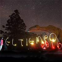 Noche de estrellas en el gran valle de los dinosaurios de Gondava.