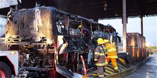 Susto por incendio de bus en el peaje de Tuta