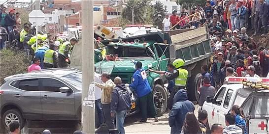 Volqueta ocasionó aparatoso accidente, en Tunja