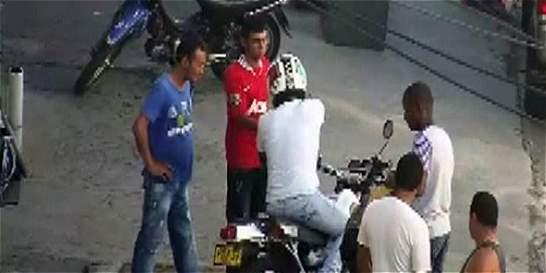 Video dejó al descubierto a sospechosos de robo de moto en Cali