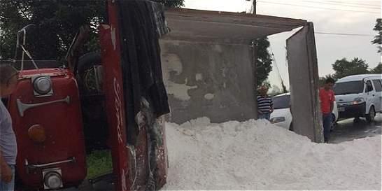 Accidente de camión cargado de sal bloqueó vía en el Cauca