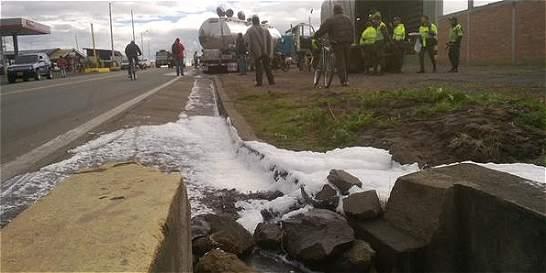 Obligan a derramar 5 mil litros de leche por paro camionero en Nariño